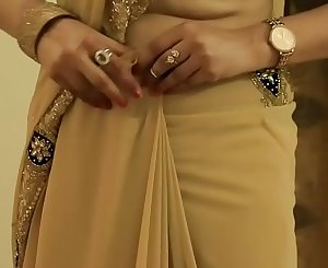 HOT Chick SAREE WEARING and Showing her NAVEL and BACK